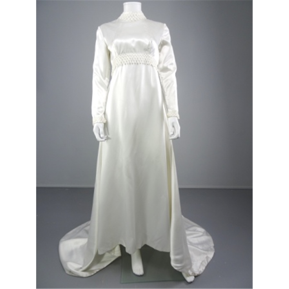 Charming vintage 1970 39 s white size 12 wedding gown with for Oxfam wedding dress shop