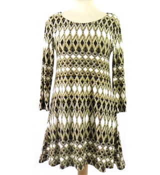 BNWT  Marks & Spencer Size 8 3 quarter length Sleeved Long Line Top With a White, Black and Mustard Pattern