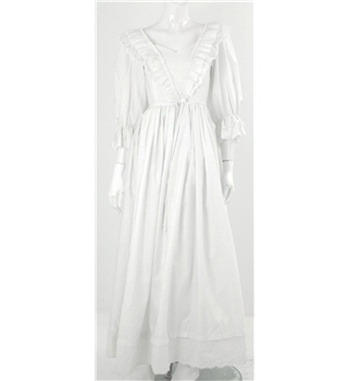 Vintage Pronuptia Size 10 1980's White Long Sleeved Wedding Dress with Lace Detailing and Sweetheart Neckline