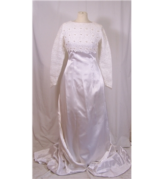 Vintage Palmess Ltd Size 8 White Wedding Dress with Veil