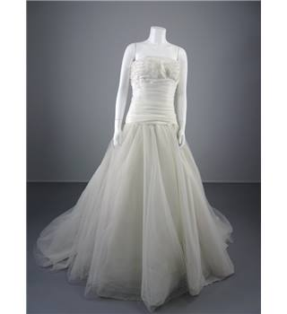 Lovely Pronovias Size 14 White Wedding Dress With Polka Dot Detail