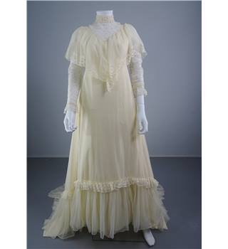 Beautiful Vintage 1970's Ivory Size 10 Wedding Dress With Illusion Lace Detail