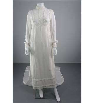 Vintage 70's White Size 14 Wedding Dress With Scalloped Trim