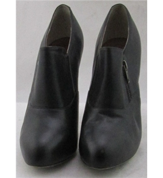 Max, size 6 black leather platform stilettos