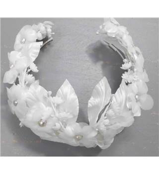 BNWT Jenny Lynne White Hair Flowers attached to a Hairband