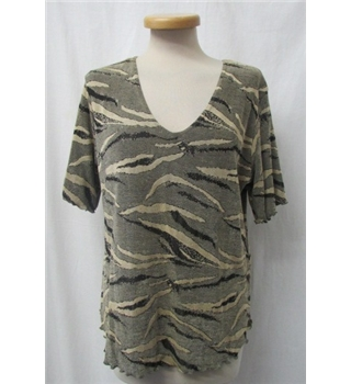 *Saloos collection Size: M Green/print T-Shirt