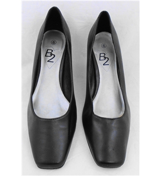 B2 size 6 black leather  court shoes