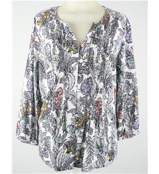 East  size 8   multi floral print pin tuck blouse  3/4 sleeves