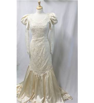 Vintage 1980's Chow Chow Divine Size 8 Ivory fitted Wedding Dress