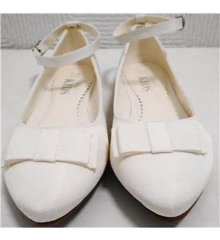 M&S White Pump Shoes - Size 2 M&S Marks & Spencer - Size: 2 - Cream