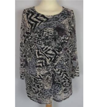 First Avenue Size: 14  Black & White Long Sleeved Top