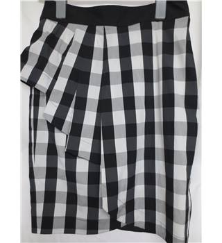 Karen Millen Black and White Check Skirt Size 12 Karen Millen - Size: 12 - Multi-coloured - Pencil skirt