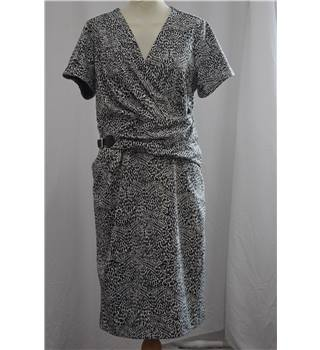 Violeta by Mango: Size S, Patterned Dress Violeta by Mango - Size: S - White - Knee length dress
