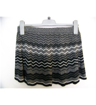 Oasis size 10 grey with black and white zigzag pattern mini skirt