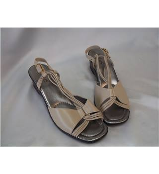 Lotus Size 5 Beige Leather Sandals