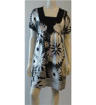 Oasis - Size: 14 - Black, white and grey floral pattern short dress