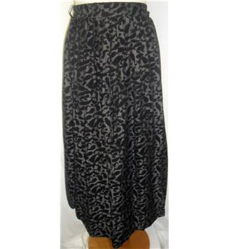 Nicki Ferrari - Size: 16 - Silver & black patterned - Smart knee length skirt