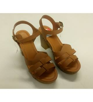 LADIES BROWN LEATHER STRAPPY SHOES THE RIGHT IS A SIZE 6.5 UK THE LEFT IS A SIZE 6 UK