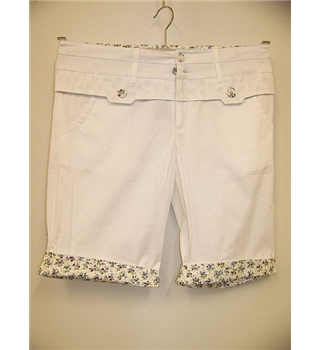 "Laichan - Size: 32"" - White with Floral Patterned Features  3/4 Length Shorts"