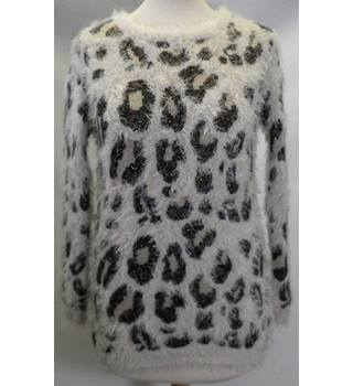 YD (young dimensions) Size 12/13 years old White Leopard Jumper