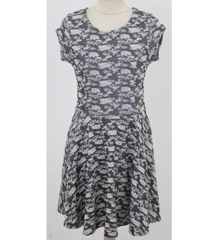 QED London: Size S: Grey floral print skater dress