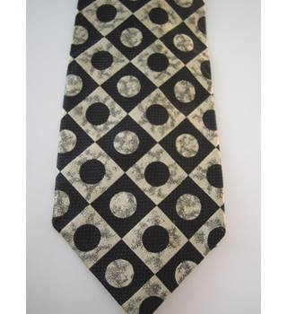 Folkespeare tie in black and cream
