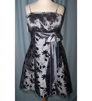 BNWT - Dress 190 - Size 12 - Grey knee length leaf silhouette pattern dress