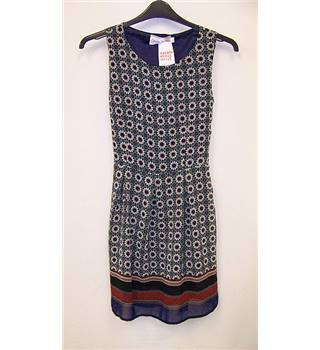 Snow Traffic - Size: M - Blue and White Floral Pattern Sleeveless