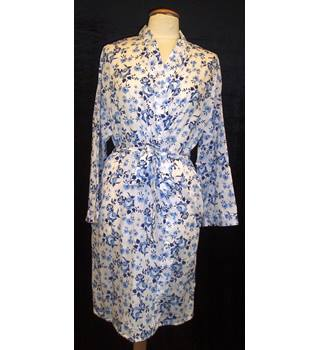 BNWT Lady Selena - Tu  Size 12 -14  White with blue floral print collarless wrap Summer weight Dressing gown