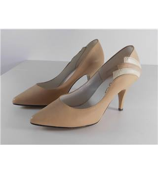 Mitzi size 5 Beige Pointed Toe Stilettos