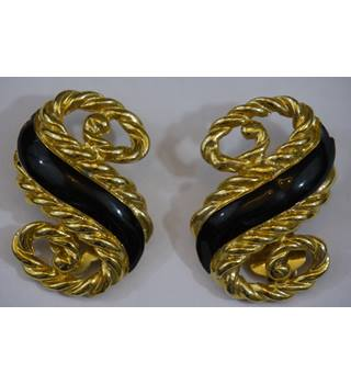 Golden scroll shaped clip on earrings with black design Unbranded - Size: Small - Metallics