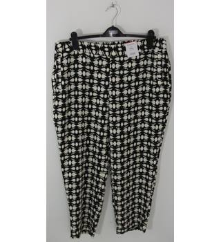 Marks & Spencer CLASSIC Black/Cream Pattern Tapered Leg Trousers UK Size 18 Short / Euro Size 46