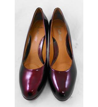 Clarks burgundy patent heeled shoes Size 6.5