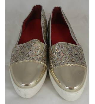 BNWOT Unbranded - Size: 5 - Gold - Slip-on shoes