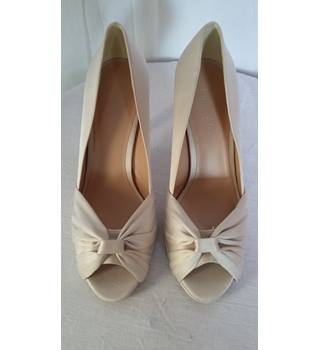 phase eight size 7 heels shoes oyster BNWT Phase Eight - Cream