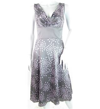Ted Baker - Size: 8 - Grey with Pink Design - 100% silk - Knee length dress