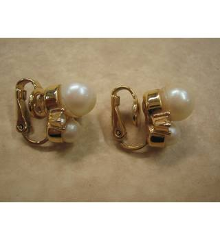 Nina Ricci Faux Pearl and Gold Tone metal clip on earrings Nina Ricci - Size: Medium - Metallics