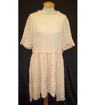 BNWT Vero Moda - ASOS Size S Pale apricot pink short sleeved smock dress with longer hem at back and crochet trim