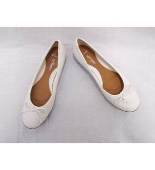 Clarks - Size 8 - White Shoes