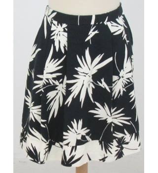 BNWT Oasis - Size: 12 - Black  and white floral print Mini skirt