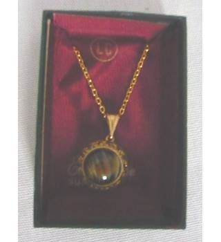 Pendant necklace, gold chain with onyx style mounted stone