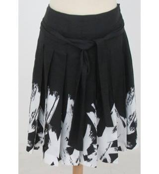 Esprit - Size: 12 - Black Pleated Skirt with white pattern
