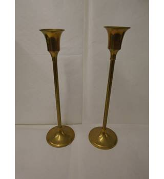 2 brass candle sticks roughly 25cm tall (L10)