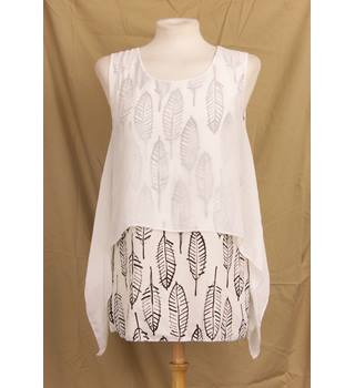 Miss One size M white with black leaf print sleeveless top