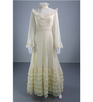 Vintage 1970s Unbranded Size 10 Ivory with Lace Trims Wedding Dress