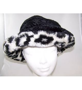 Hat Box - Size: One size - Black & white faux fur hat