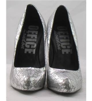 Shwopped by Tulisa Office, size 5/38 silver platform courts