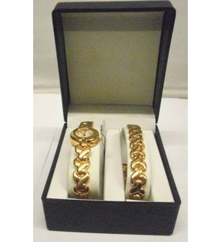 Watch and Bracelet set, gold coloured,  circular watch interlinked strap with clasp for both. Unbranded, Size: Medium