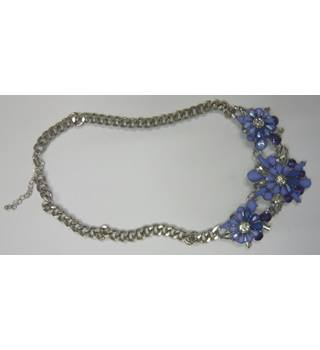 Costume necklace, heavy silver chain linking 3 blue flowers Unbranded - Size: Medium - Metallics - Necklace