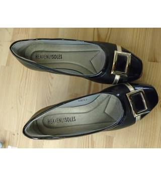 Heavenly Soles Size: 6E - Black patent Slip-on shoes